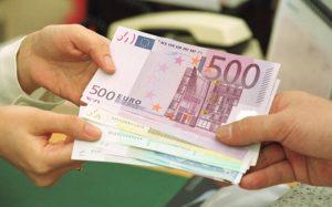 Jedna ruka ťahá eurá od inej osoby