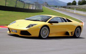 Žlté ferrari jazdí bezpečne poistené po okruhu